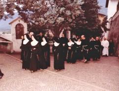 all'ingresso della chiesa del monastero